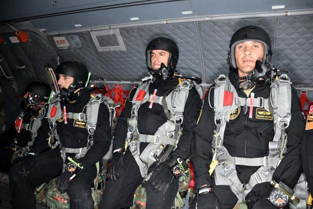 Hava İndirme Tugayı'nın 'Yarasaları' nefes kesti: 9 bin fitten gece atladılar