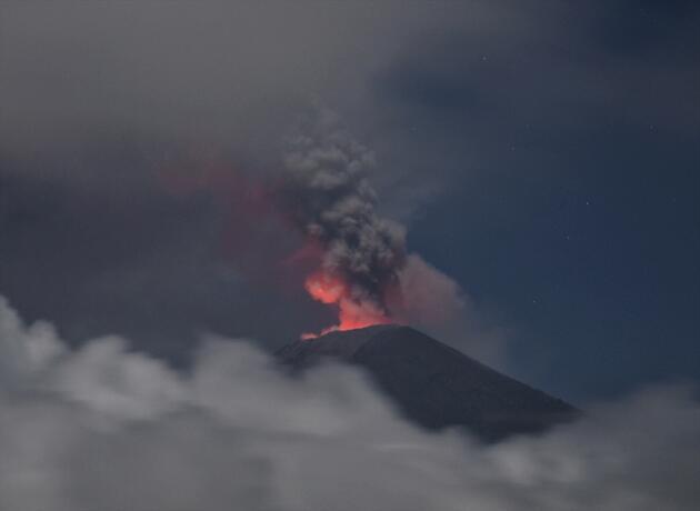 Agung yeniden harekete geçti, kül ve duman püskürtüyor
