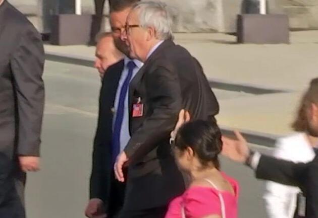 NATO Zirvesi'nde ilginç görüntü: Juncker ayakta duramadı