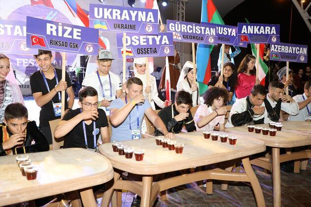 Karadeniz'de renkli festival... En hızlı çay içme yarışması düzenlendi