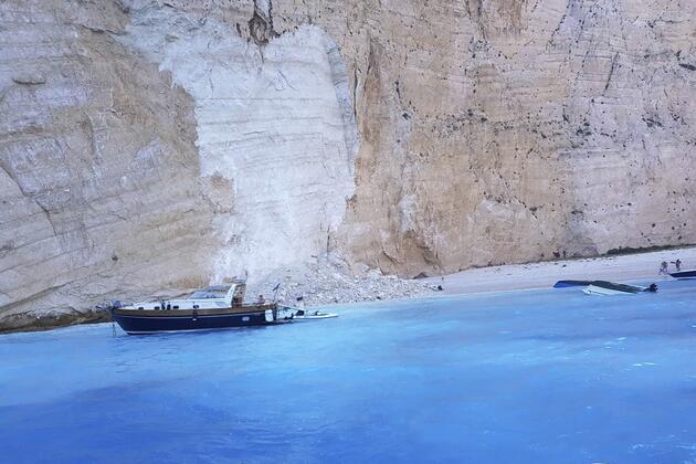 Yunanistan'da korku dolu anlar! Ünlü plaj çöktü