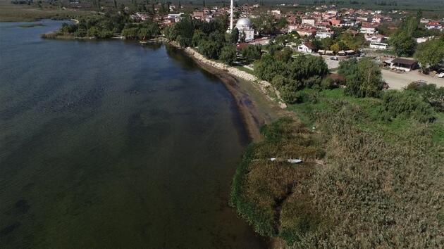 İznik Gölü'nde sular çekiliyor: Kayıklar kıyıya yanaşamadı