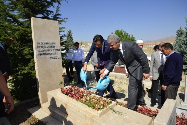 'Bozkırın Tezenesi' Neşet Ertaş, ölüm yıl dönümünde mezarı başında anıldı
