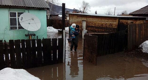 Rusya'yı sel vurdu, yollar ikiye ayrıldı