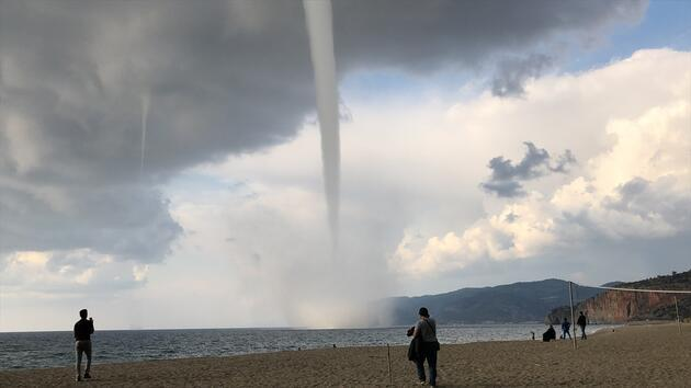 Antalya sahillerini hortum vurdu