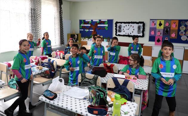 Çaykur Rizespor öğrencilere forma dağıttı