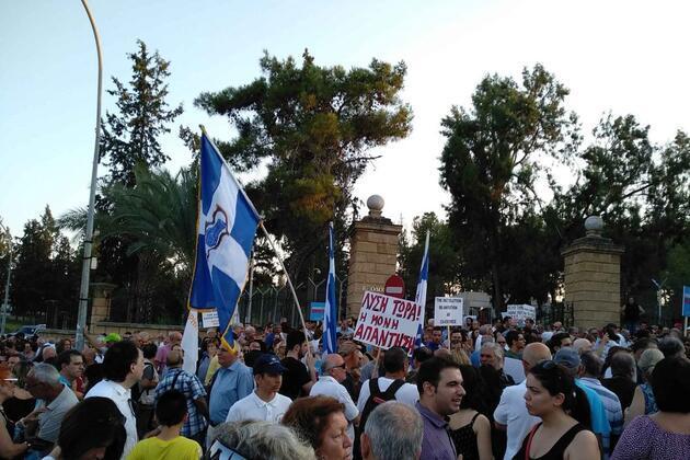 Güney Kıbrıs'ta yapılan Kapalı Maraş eyleminde Türklere linç girişimi