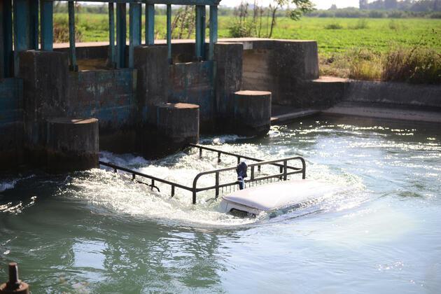 Sulama kanalına düşen kamyonetteki 4 kişiyi canı pahasına kurtardı