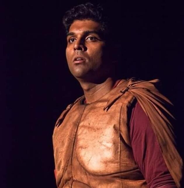 Ünlü komedyen Manjunath Naidu, oyun esnasında hayatını kaybetti! Şovun parçası sanıp dakikalarca alkışladılar