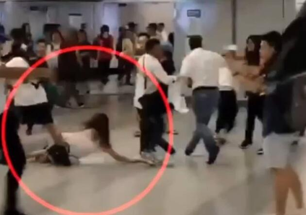 Hong Kong'da maskeli çete tren istasyonuna saldırdı: Hamile kadını sopalarla dövdüler