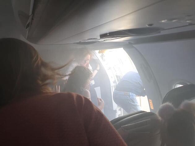 Havada korku dolu anlar... Kabini duman dolan yolcu uçağı acil iniş yaptı