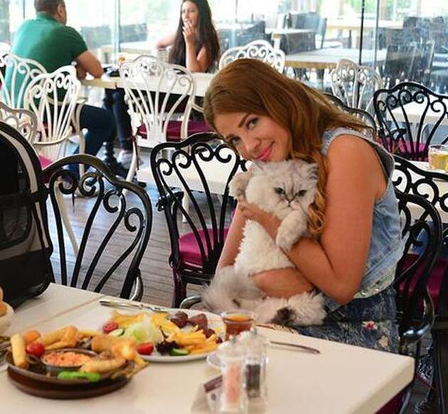 Esra Sönmezer kedisine sucuk yedirdi