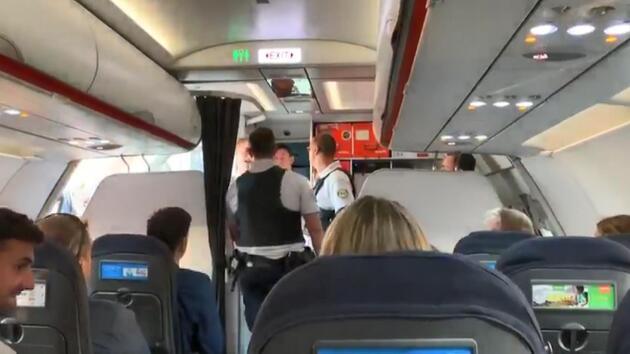 Kabin ekibiyle tartışan 2 yolcu uçağa acil iniş yaptırdı
