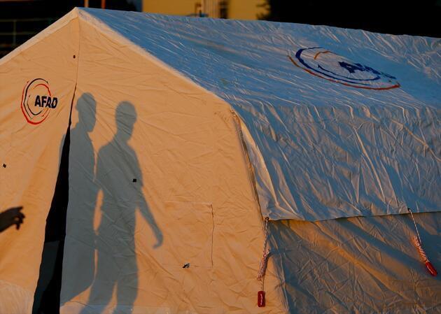 Depremzedeler çadırlara yerleştiler