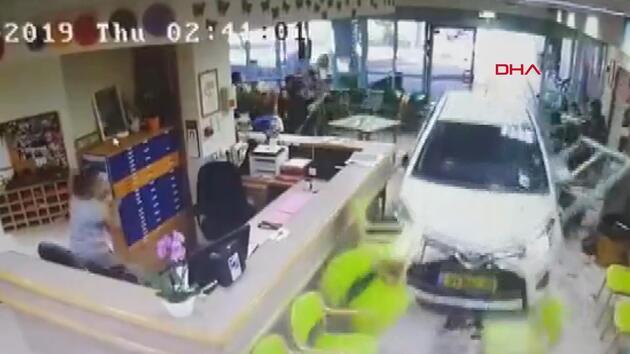 74 yaşındaki sürücü, huzurevine otomobil ile daldı