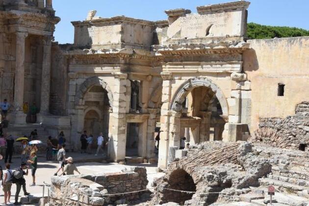 Efes Antik Kenti'ne turist akını