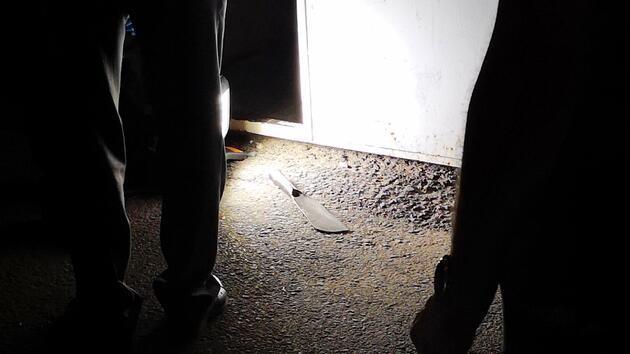Husumetli komşular dehşet saçtı! Satır ve bıçakla saldırdılar