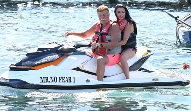 33 yaş küçük sevgiliyle jet-ski keyfi