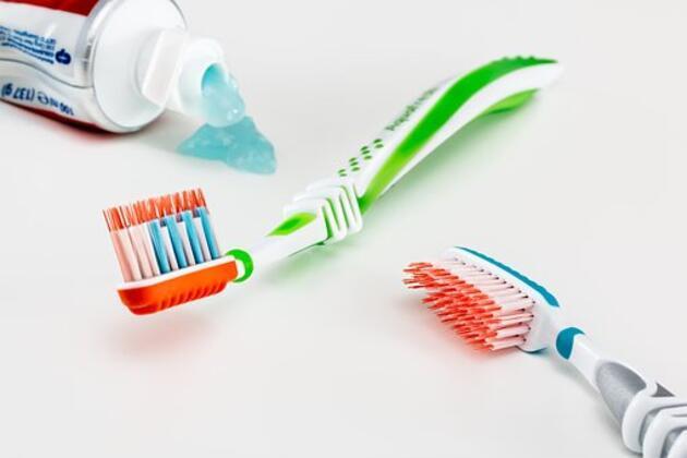 Sadece 5 dakikanızı alacak bu yöntemle dişleriniz bembeyaz olacak!