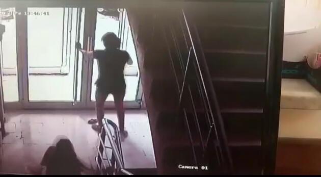 Öğretmen komşu genç kıza dehşeti yaşattı