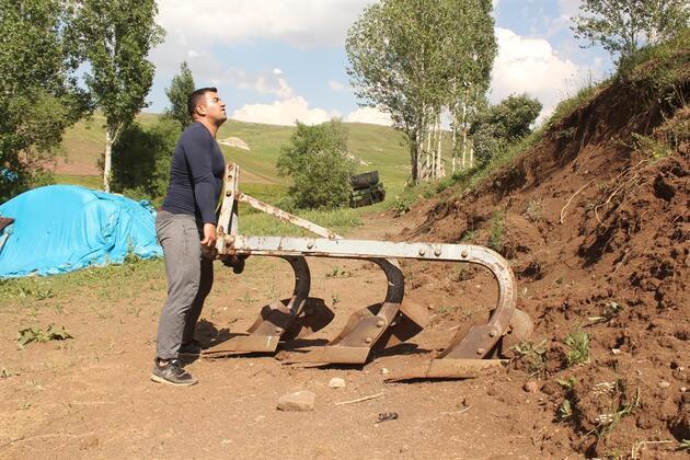 Tırpanla ot biçip taş kaldırarak halter şampiyonalarına hazırlanıyor