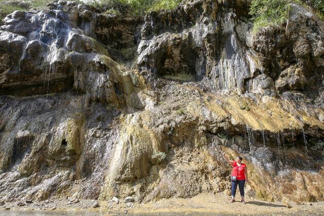 Pülümür Vadisi'ndeki Ağlayan Kayalar ziyaretçi akınına uğruyor