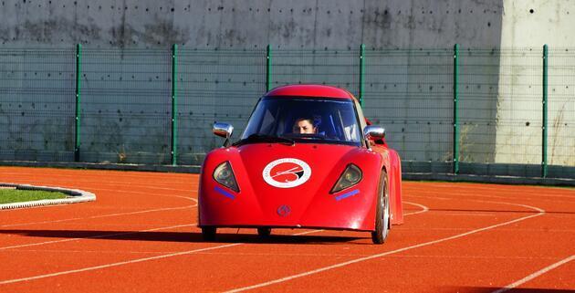 Öğrenciler, 1 TL ile 100 kilometre gidebilen araç üretti