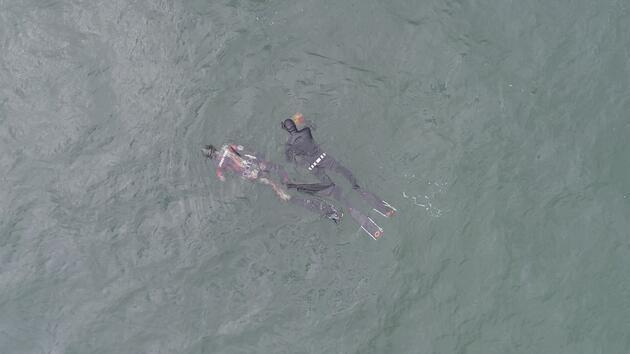 Dalgıçlar denizin dibinden çöp topladı