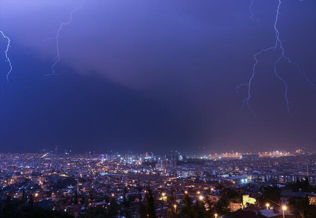 Şimşekler geceyi aydınlattı: İki saatlik yağış yetti!