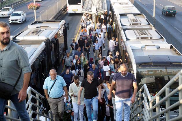 Metrobüs kalabalığı çilesi yeniden başladı