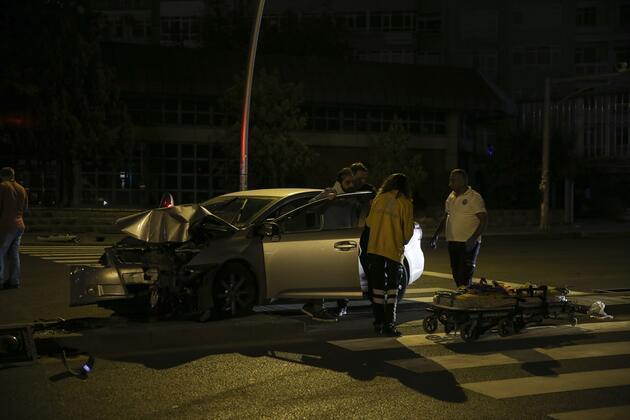 Otomobilin çarptığı direk, seyir halindeki taksinin üzerine devrildi