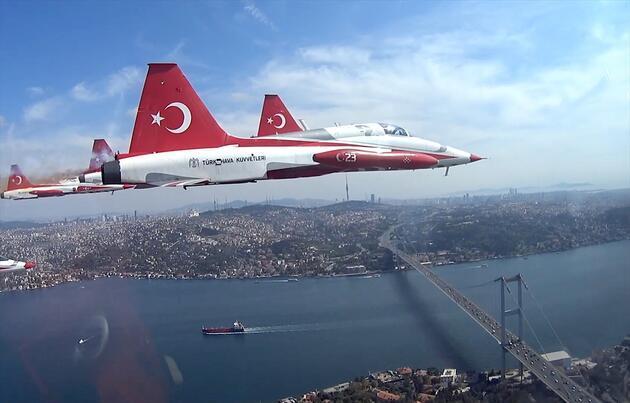 """Türk Yıldızları'nın İstanbul'u selamlamasına """"kokpit içi"""" bakış"""