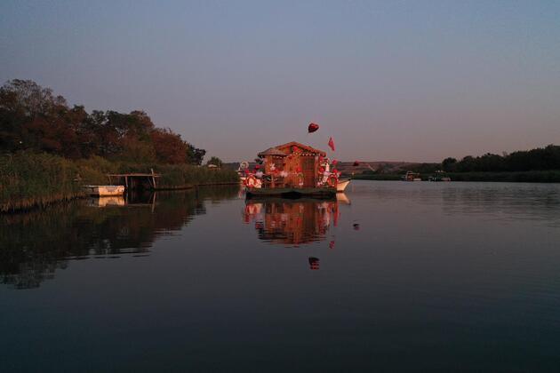 Riva Deresi'nin yüzen evi! Herkesin ilgi odağı oldu