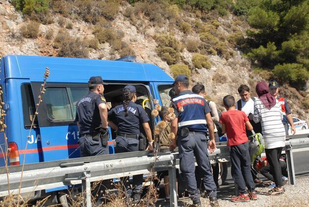 Kaçak göçmenlerin taşındığı minibüs devrildi