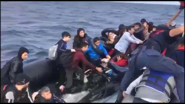Kaçak göçmenlerin botları su aldı! Kurtarılma anları kamerada