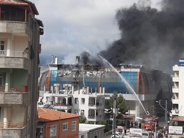 İş yerlerinin bulunduğu binada korkutan yangın