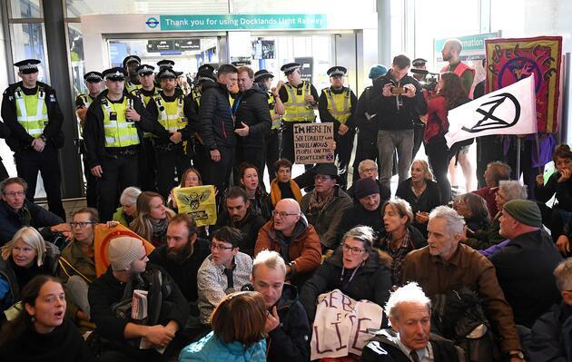 İngiltere'de ortalık karıştı: Havalimanını böyle işgal ettiler