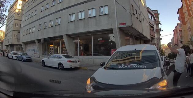Kafaya çarpışınca sürücülerden biri aracını tekmeledi