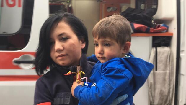 1,5 aylık ikizler ile 2 yaşındaki kız, apartman girişine terk edildi
