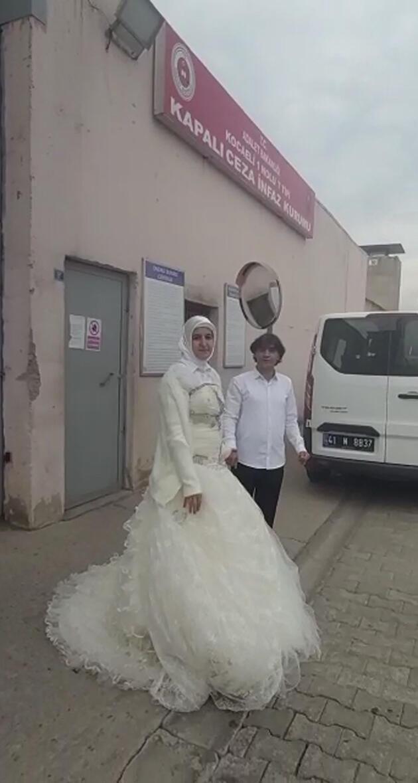Eşini cezaevi kapısında gelinlikle karşıladı
