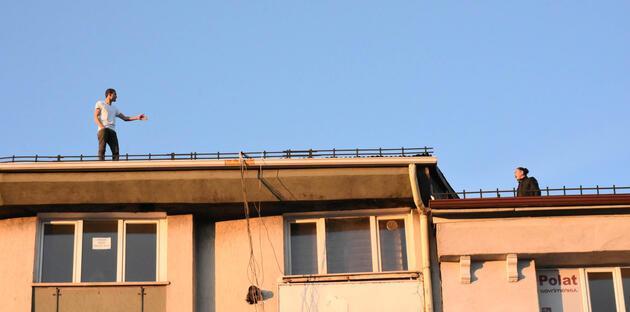İntihar için çatıya çıktı, meraklılar o anları kameraya kaydetti