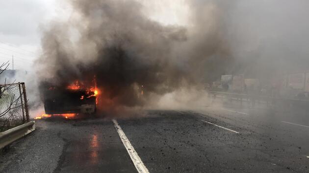 İstanbul'da facianın eşiğinden dönüldü: Yolcu minibüsü alev alev yandı