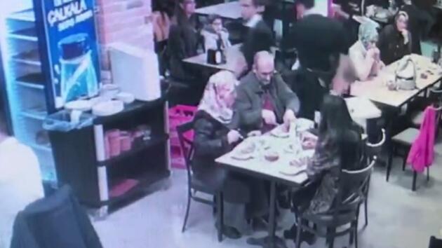 Restoranda bebek arabasına çarpan garsona saldırdılar