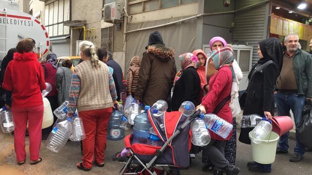 """İzmir'de yağmur altında """"su kuyruğu"""""""