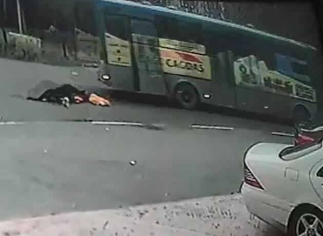 Otobüsten düşen kadın yaşamını yitirdi