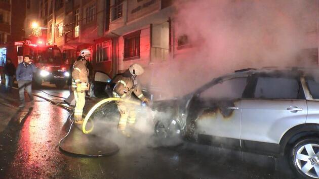 Park halindeki otomobiller alev alev yandı: O anlar kamerada