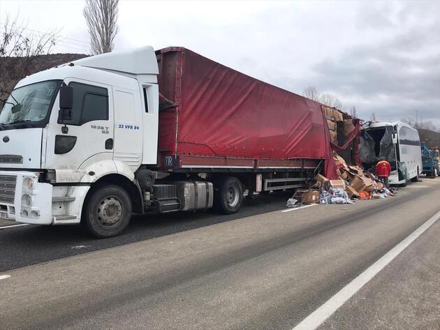 Çankırı'da yolcu otobüsü ile TIR çarpıştı: 1 ölü, 21 yaralı