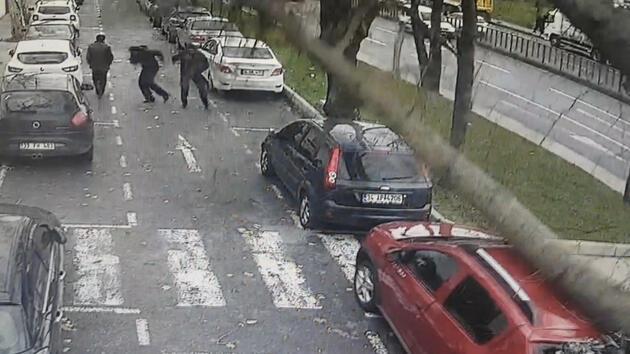 İstanbul'da ağaç yoldaki insanların üstüne böyle devrildi