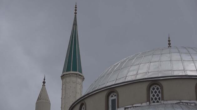 İstanbul'da cami minaresi fırtınada sallandı