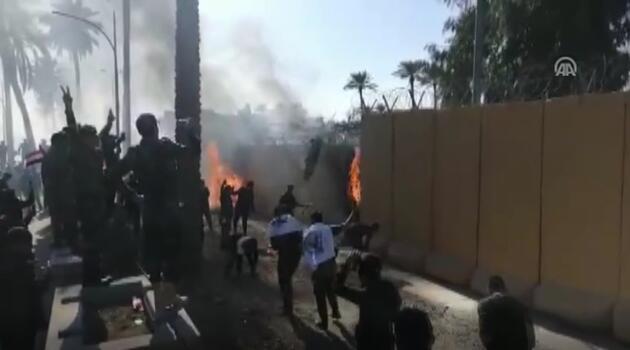 Son dakika... Irak'ta ABD Büyükelçiği'ne saldırı: Bayraklar yakılıyor